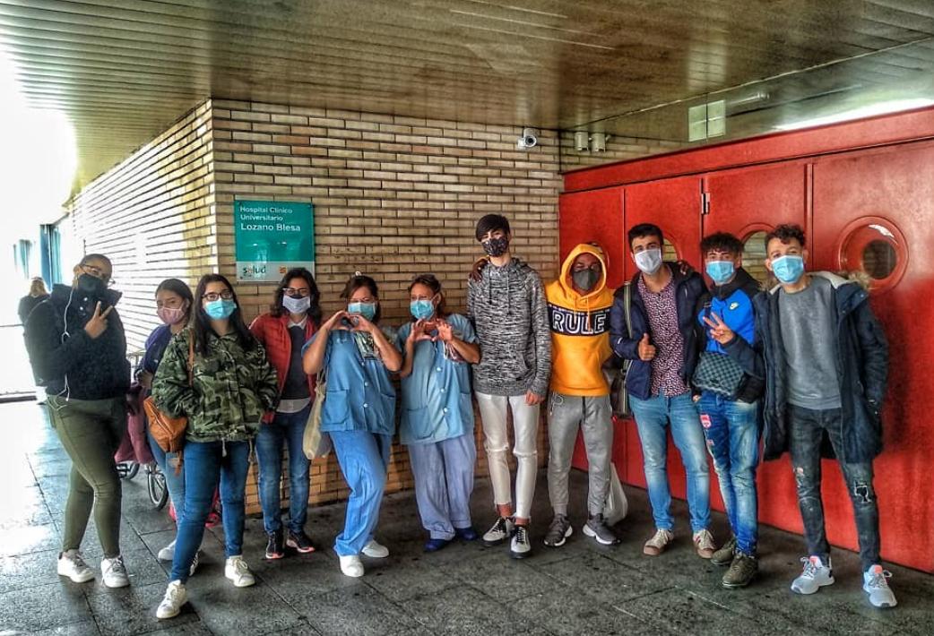 Los jóvenes de PCI Confección haciendo entrega de los organizadores en el Hospital Clínico Lozano Blesa de Zaragoza