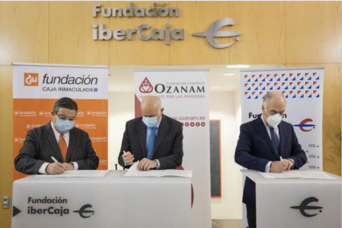 Juan Álvarez, presidente de la Fundación Caja Inmaculada; Fernando Galdámez, presidente de la Fundación Federico Ozanam, y José Luis Rodrigo Escrig, director general de la Fundación Ibercaja, durante la firma del convenio.
